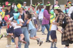 幼稚園のお友達がママやパパとクルクルまわりながら踊った後に、ギュッと抱きしめてもらっています。嬉しそうです。