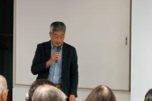 近畿大学の久(ひさ)先生が前に立ち、マイクを握り、説明をしています。