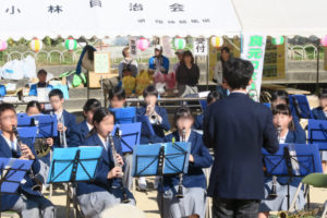 オープニングセレモニーの宝塚第一中学校の吹奏楽部の皆さんの演奏の様子です。。それぞれの楽譜スタンドにはお揃いの青い表紙の楽譜が置かれており、それを見ながら熱心に演奏しています。