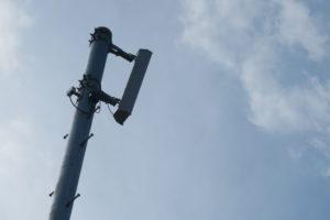 防災スピーカーの上部の、スピーカーの部分が青空を背景に写っています。
