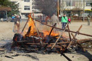 やぐらが燃え崩れ、ほとんど形もありません。火も小さくなってきました。