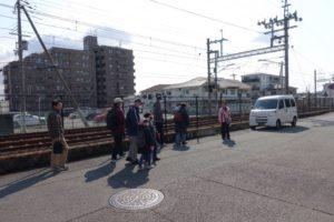まち歩きも終盤。阪急今津線沿いの道沿いに歩いて帰る参加者の皆さんが写っています。