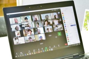 「はじめてのオンライン会議」ホスト側のパソコンの画面の様子。オンラインでつながっている人たちの顔が見えます。