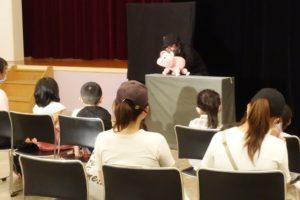 ふれあいコミュニティ長尾「ワクワクこども ミニフェスタ」人形劇中。お子さんが最前列で見入っています。