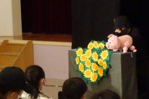 ふれあいコミュニティ長尾「ワクワクこども ミニフェスタ」人形劇。かわいい豚さんの劇。お子さんが最前列で熱心に感激しています。