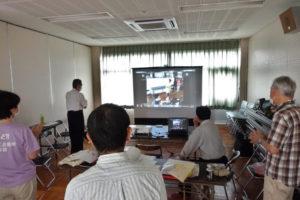 安倉会館で防災キャンプ2020(オンライン開催)の様子。熱心に画面を見ています。