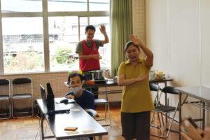 防災キャンプ2020(オンライン開催)宝塚音頭をオンラインで踊っています。